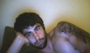 Moreno barbudo e musculoso