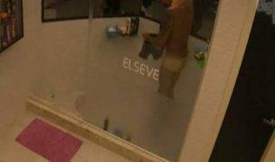 Diego Grossi tomando banho pelado