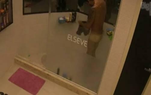 Diego Grossi tomando banho pelado]