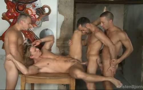 Sexo grupal com machos sarados]
