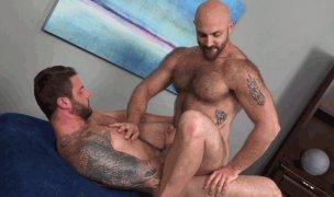 Homens peludos e musculosos trepando
