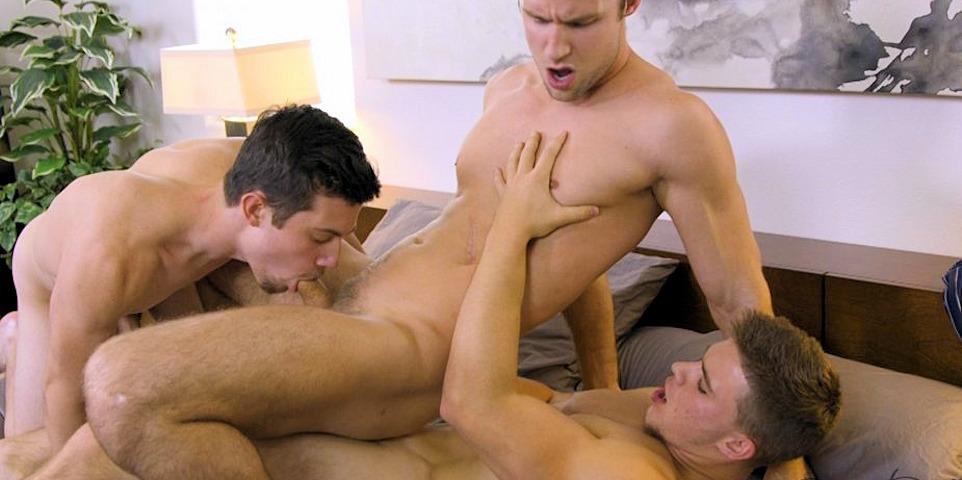 Três amigos gay transando depois da faculdade]